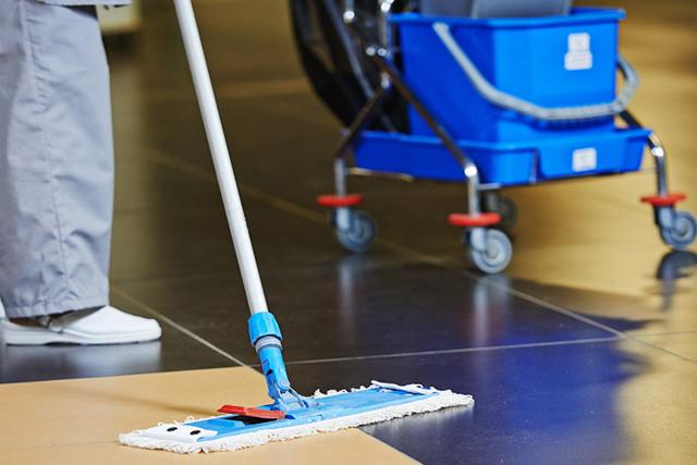 Atenção ao contratar uma empresa de limpeza terceirizada: a saúde de seus empregados pode estar em jogo. Saiba como evitar problemas.