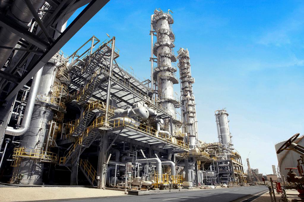 Como integrar serviços terceirizados e internos na gestão industrial?